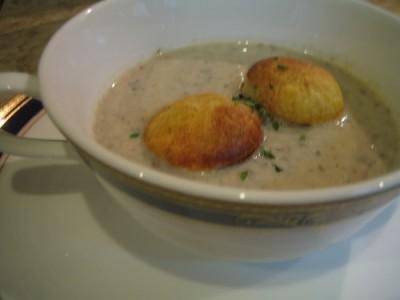 数種きのこのクリームスープ フォアグラのエマルジョンを浮かべて